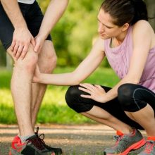 Runner with Knee Injury receives help - may need to find a knee brace for running